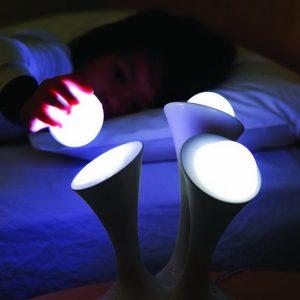 Photo d'un enfant utilisant la veilleuse Glo